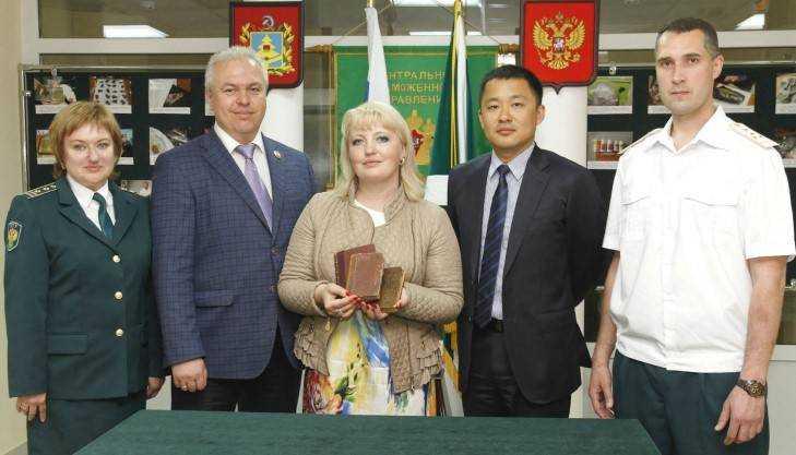 Брянская таможня передала старинные книги музею Крыма