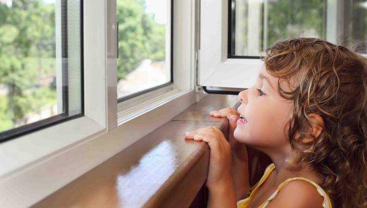 Брянские следователи допросили мать выпавшей из окна девочки