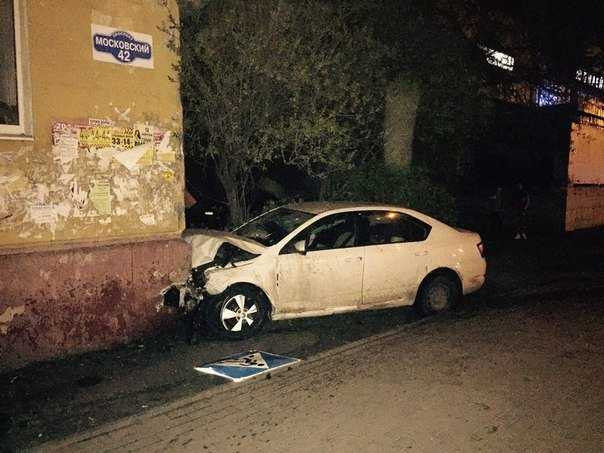 В Брянске автомобиль влетел в многоэтажку