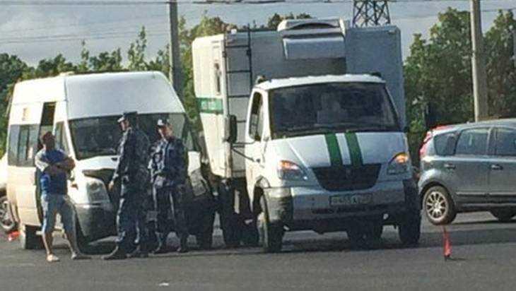 Брянские тюремщики столкнулись с маршруткой 42
