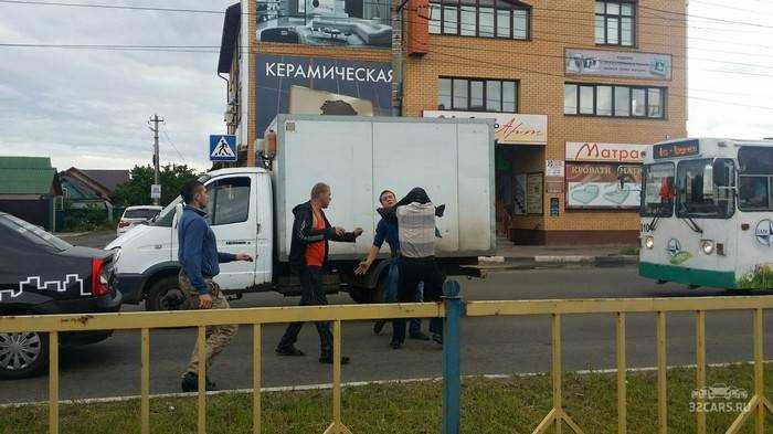Пьяный брянский таксист учинил драку после аварии