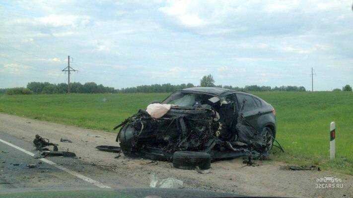У BMW Х6 от столкновения с фурой на брянской трассе вылетел двигатель
