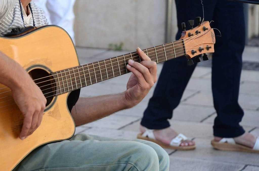 В Брянске полиция поймала подростка, похитившего гитару у парня