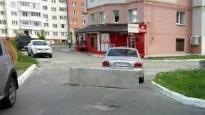В Брянске перекрыли бетонным блоком дорогу