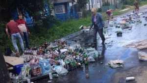 В Брянске из перевернувшегося грузовика потекла река пива