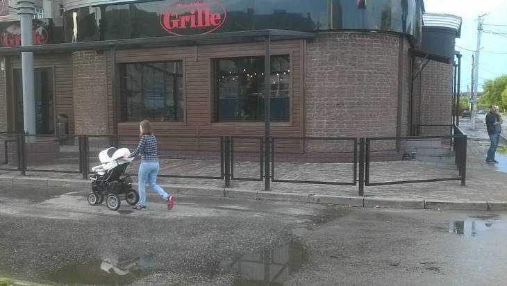 Владельцы брянского кафе бросили мам с детьми под колеса машин