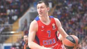 Баскетболист Виталий Фридзон показал брянцам кубок Евролиги