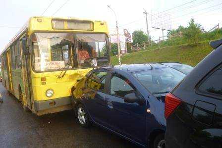 В Брянске говорливый водитель автобуса разбил пять легковушек