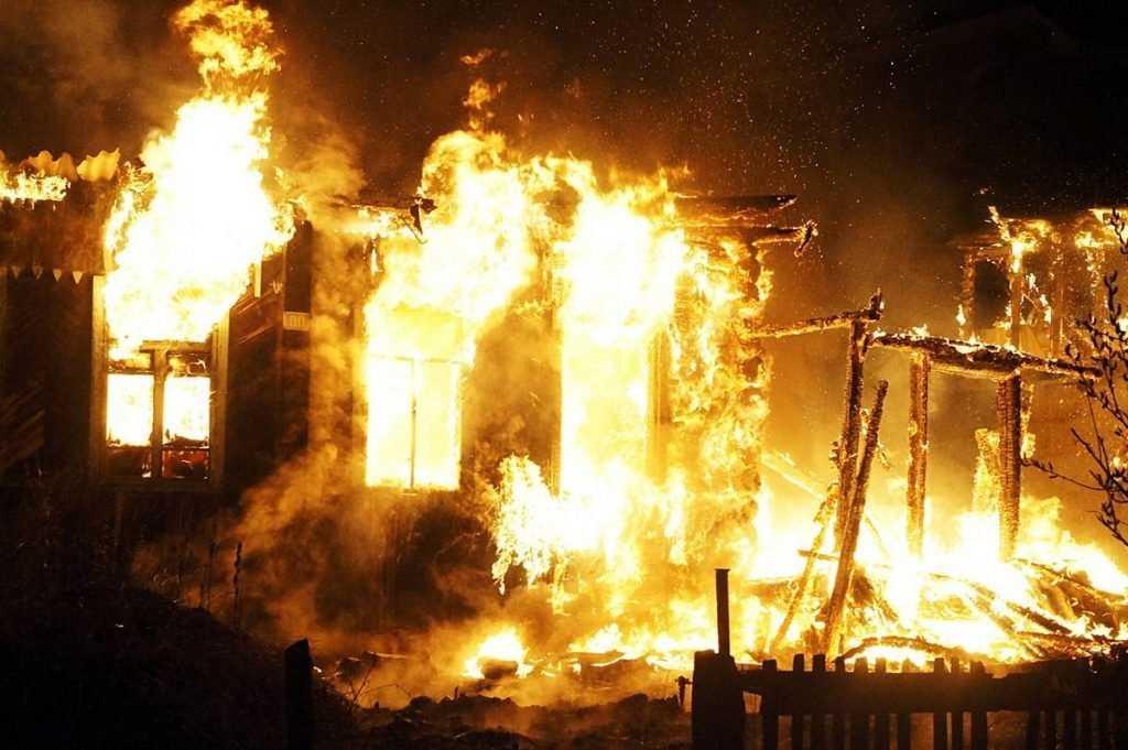 В брянском поселке сгорело подворье