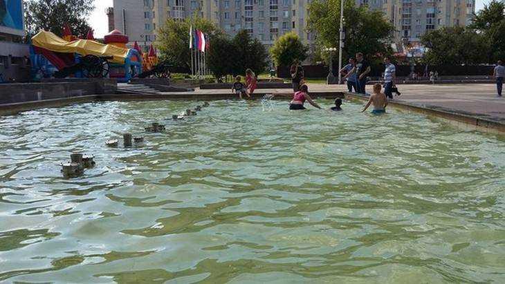 Юные брянцы спаслись от жары в фонтане на площади Партизан