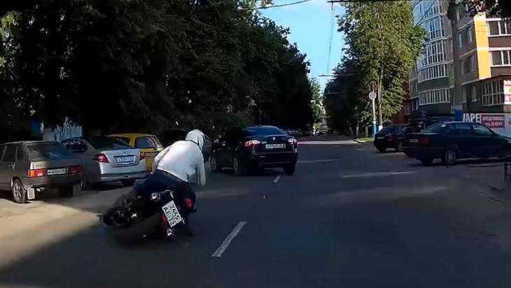 Брянский мотоциклист затормозил с помощью акробатического падения