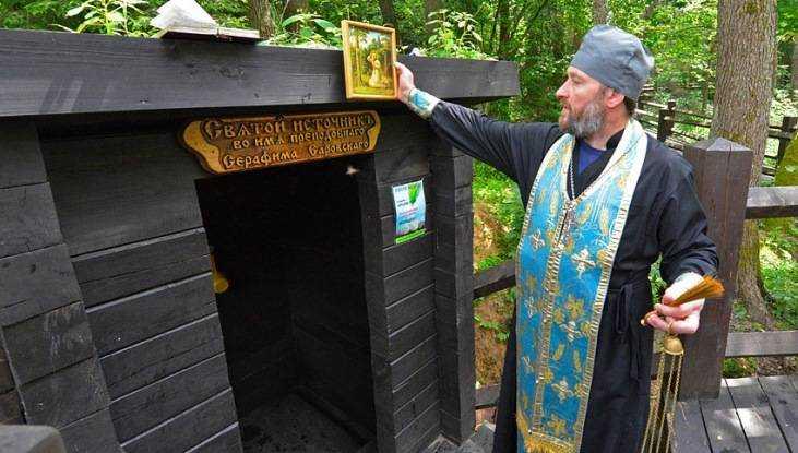 В «Брянском лесу» освятили старинный родник