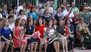 В брянском сквере наградили лучших выпускников города