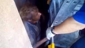 Брянца освободили из бетонной ловушки после трех суток заточения