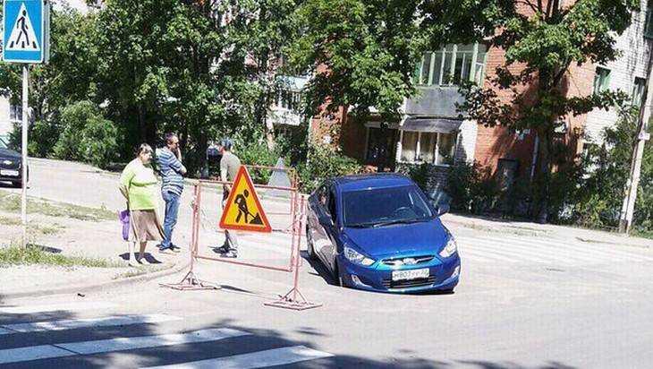 В Брянске автомобиль провалился в яму на дорогу
