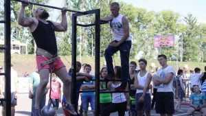 Молодые брянцы на улице показали чудеса силы и ловкости
