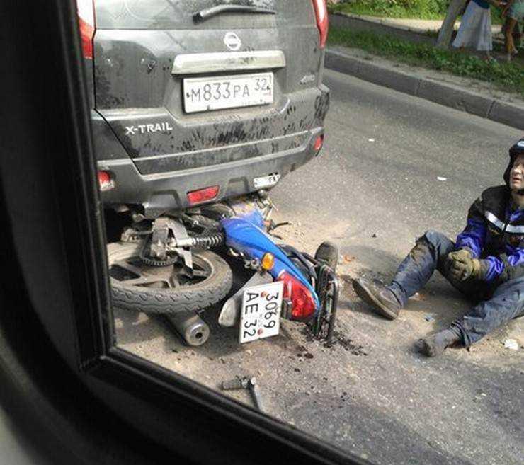 В центре Брянска мотоциклист разбился, врезавшись в «Ниссан»