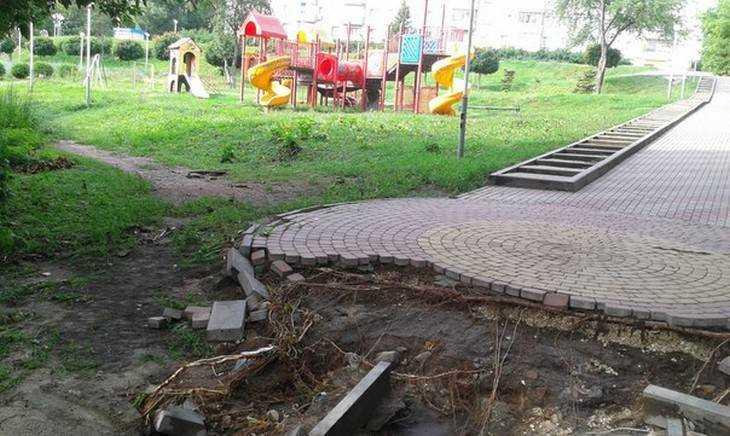 В Брянске дождевые потоки унесли тротуар в «Звездном» парке