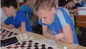 Брянский шашист победил соперников в молниеносной игре