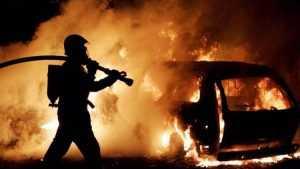 На брянской стоянке огонь повредил два автомобиля