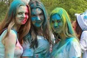 Сотни юных брянцев испачкались красками Холи