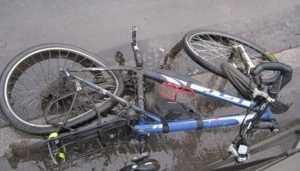 В Брянске «ВАЗ» протаранил иномарку и сбил велосипедистку