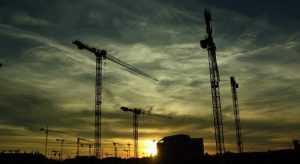 В Брянске строителей наказали за опасные краны
