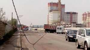 В Брянске на дорогу рухнули два столба
