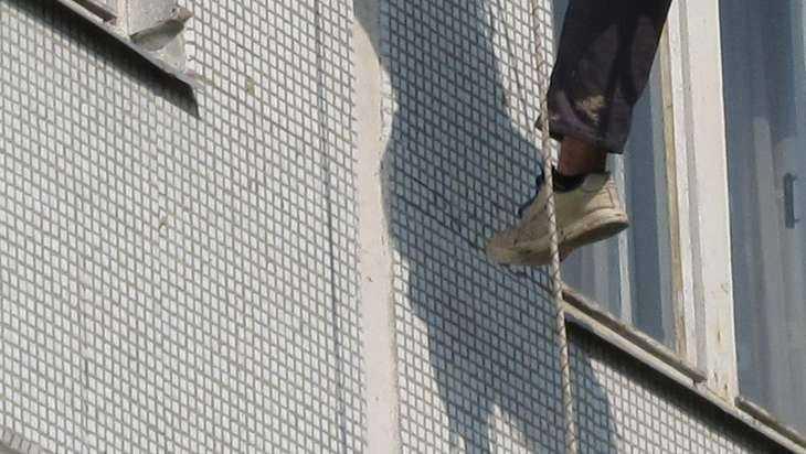 Молодой мужчина погиб, пытаясь залезть домой через окно