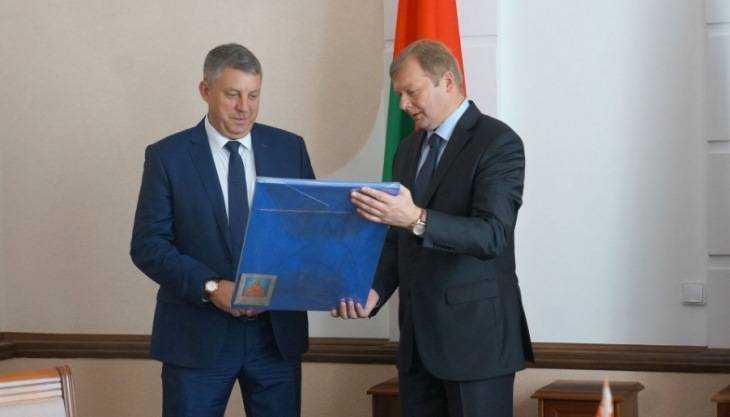 Брянский губернатор посадил дерево дружбы в белорусском Могилеве