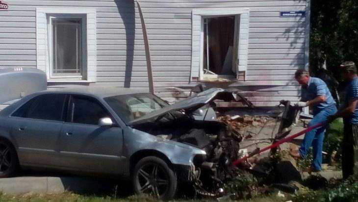 Карачевский лихач, уходя от погони, врезался в жилой дом