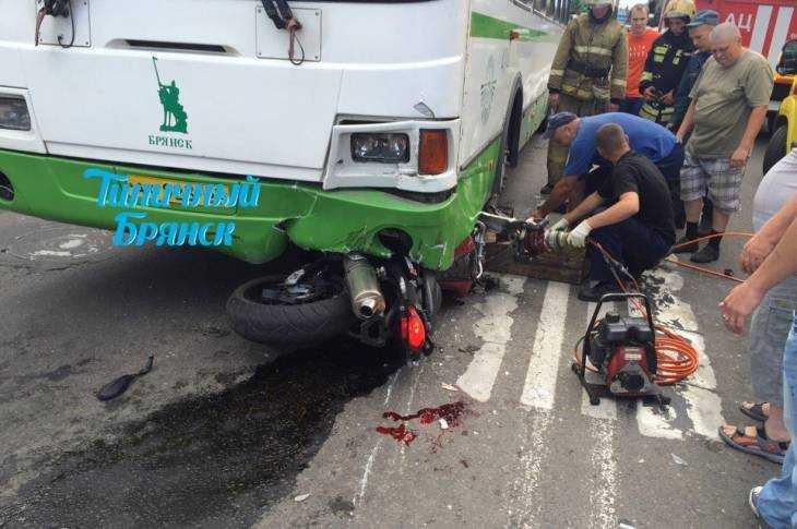 Опубликовано видео аварии с мотоциклистом в Брянске
