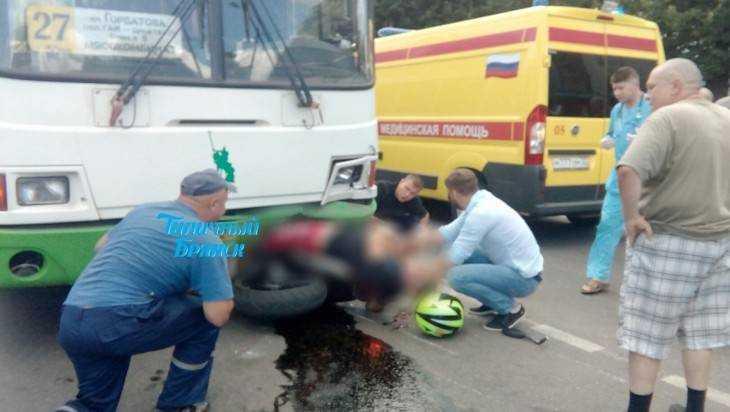 Залетевшего под автобус брянского мотоциклиста спасали всем миром