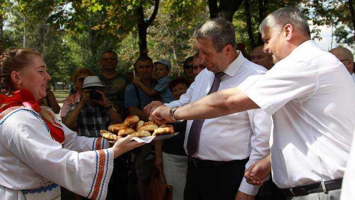 Фокинский район Брянска отметил юбилей путешествием в СССР и салютом