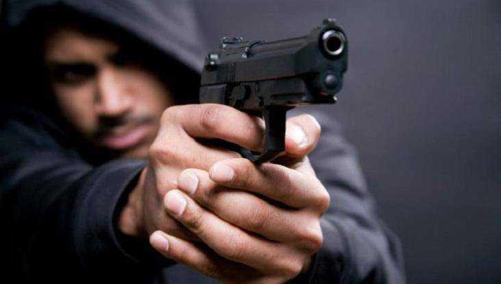 Вооружённый пистолетом брянец лишил денег парня