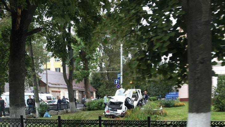 В сети появились фото последствий страшного ДТП возле школы Брянска