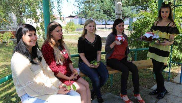 Сотрудниц брянской колонии накормили яблоками и мёдом