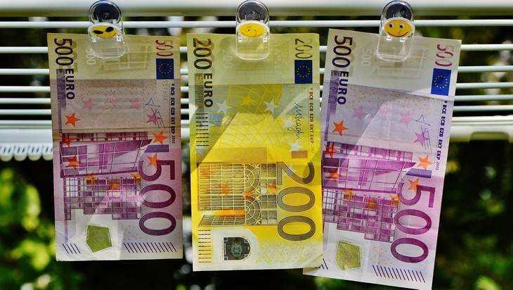 Брянский суд добавил дельцу срок за крупное мошенничество и валюту