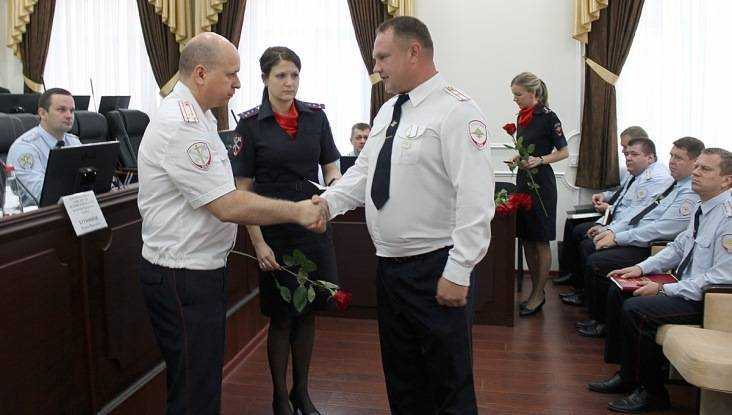 Брянского полицейского наградили за спасение тонувших подростков