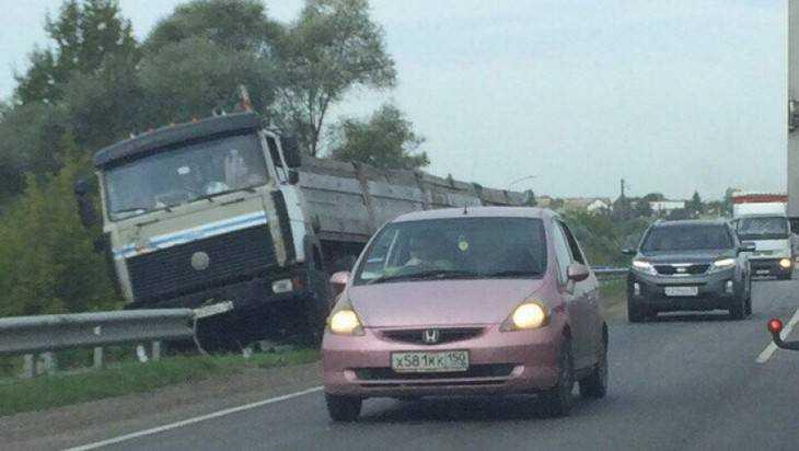 Под Брянском грузовик слетел с дороги