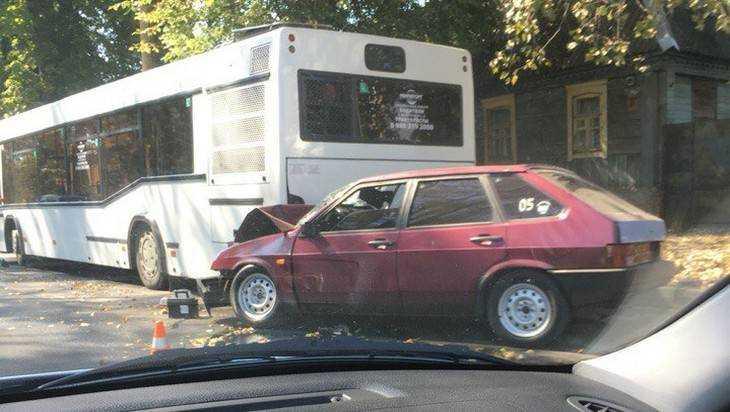 В центре Брянска легковушка врезалась в автобус