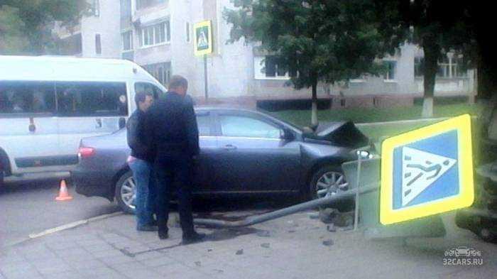 В Брянске при столкновении перевернулся автомобиль