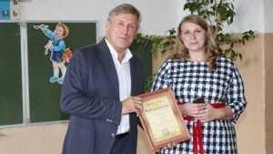 Брянский депутат Гринкевич подарил мебель карачевским школам
