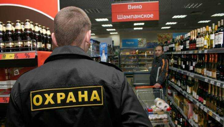 Охранник брянского магазина обокрал продавщицу