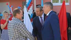 Брянский губернатор Александр Богомаз вручил локотчанам ключи от квартир