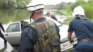 Брянские спасатели вытащили из Десны машину беспечной дамы