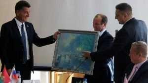 Гомельчане подарили брянцам картину с намеком на набережную