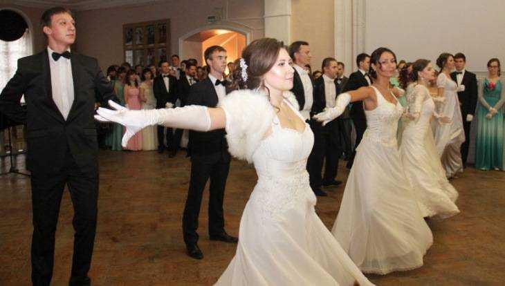 Губернский бал закружил брянских студентов, детей и молодых мам