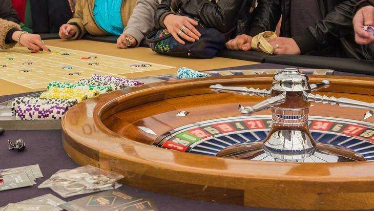 Владелец подпольного казино монополия с банковскими картами как играть видео