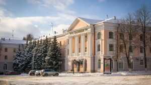Суд запретил бизнесменам рубить ели в центре Брянска